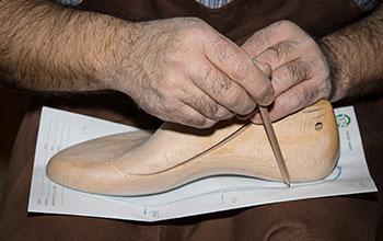 Schuster LEisten aus Holz für die Maßanfertigung von Schuhen